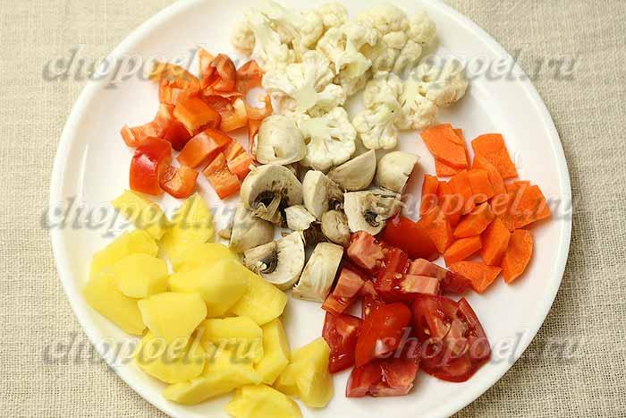 нарезали овощи и грибы для жаркого