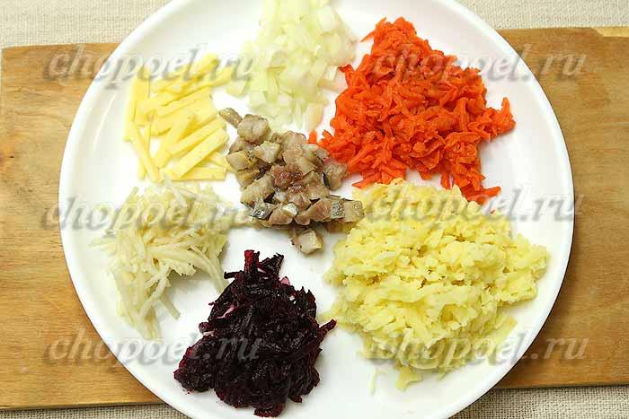 натерли вареные овощи и яблоко, нарезали селедку, лук, сыр