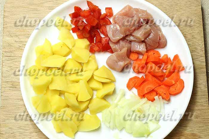 нарезали картошку и курицу кусками, лук и помидоры кубиками, морковь ломтиками