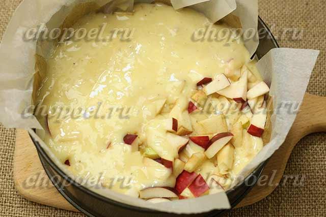 выкладываем тесто и яблоки в форму