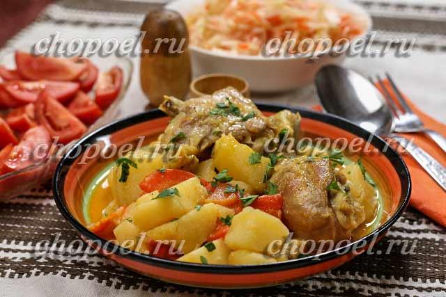 картошка тушеная с курицей в кастрюле